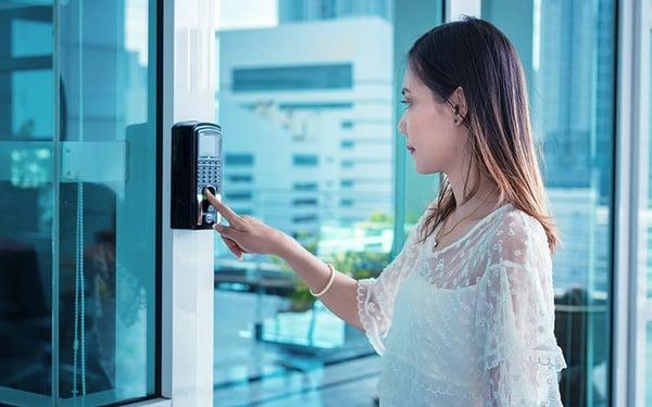 La identificación biométrica se usa para permitir o negar el acceso