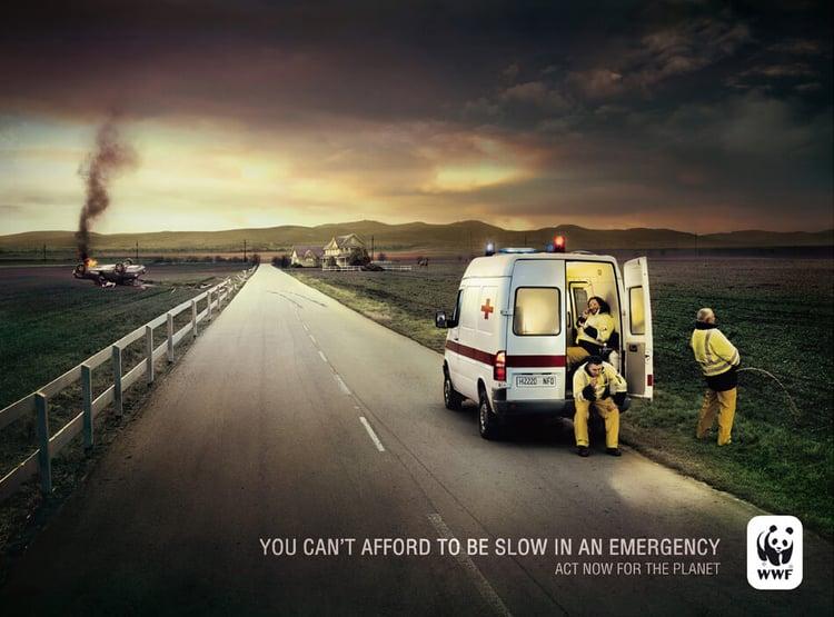 Ambulancia en una emergencia publicidad wwf
