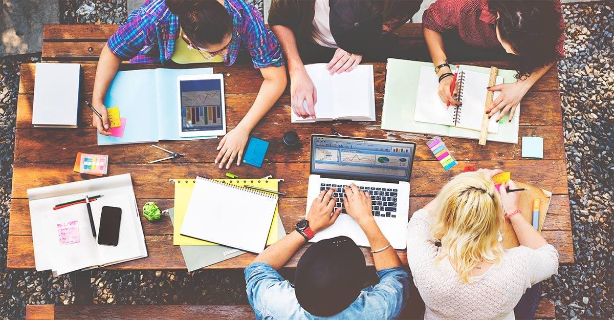 Equipos multidisciplinarios trabajando en marketing