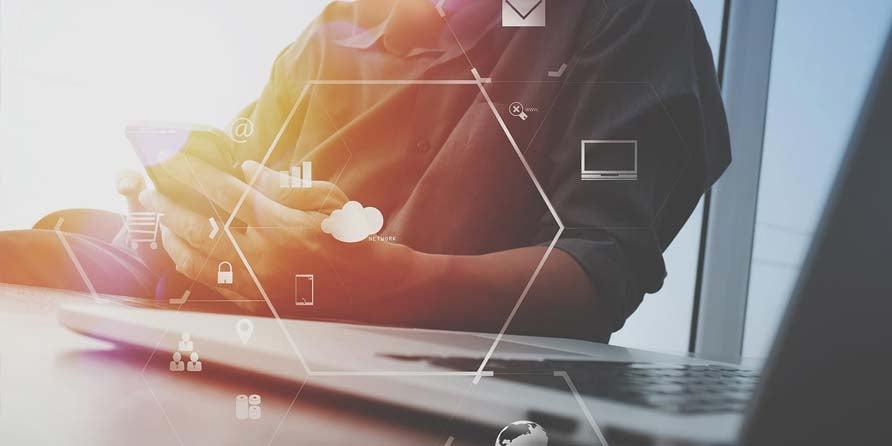 Usuario-utiliza-aplicaciones-en-la-nube-en-un-smartphone