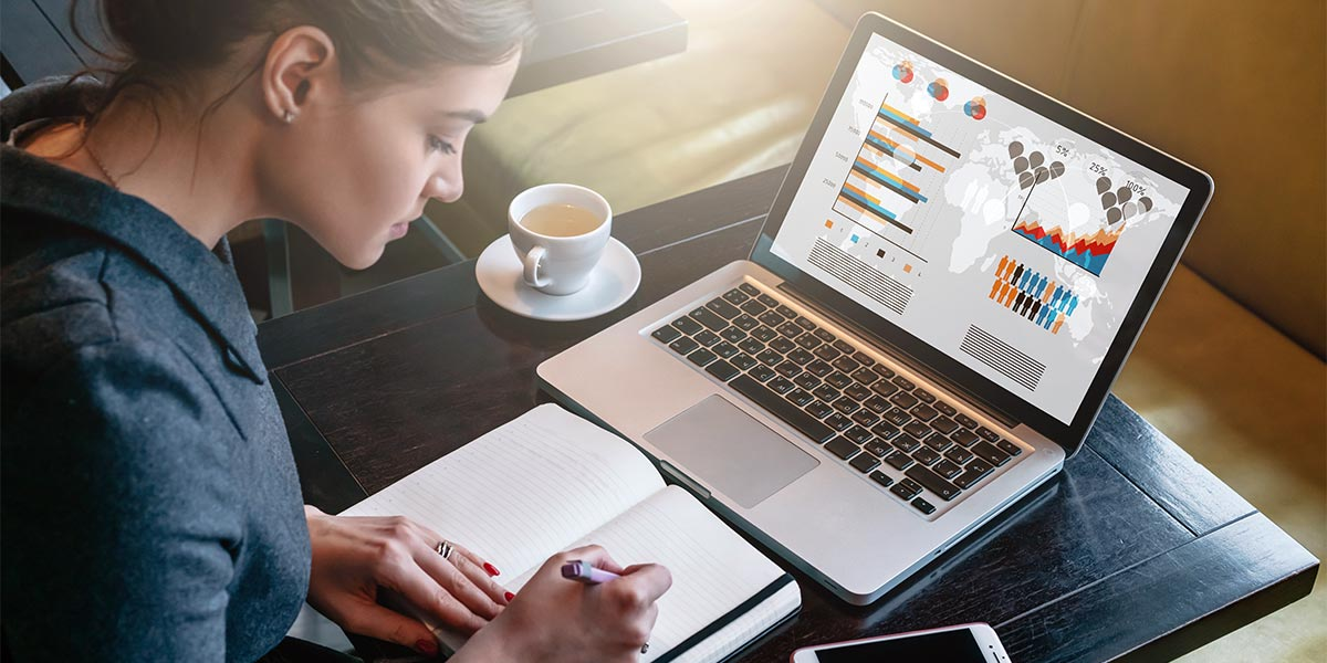 Mujer analizando gráficas en computador